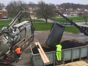 Här lastar vi vår torrsugningsbil med nya plastelement som vi skall blåsa in till kväve reducerings bassänger
