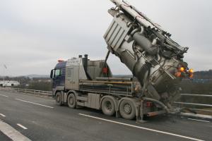 Mycket handkraft ersätts med hjälp av torrsugningsbil.